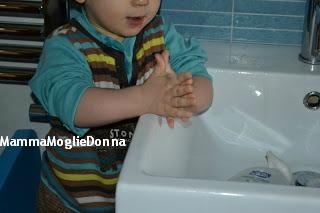 Edoardo-lavarsi-le-manine-un-anno-MammaMoglieDonna
