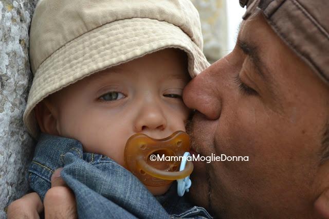 papà e il cambio del pannolino