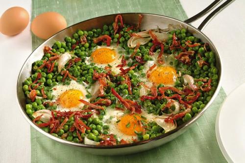 Ricette per cucinare le verdure invernali  uova piselli e speck