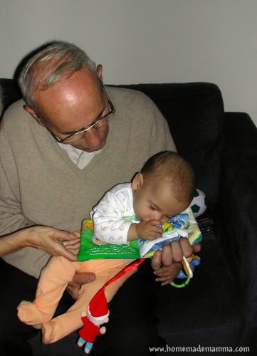 PF a 3 mesi mentre il nonno  gli legge Pinocchio