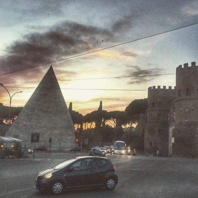 A Roma scende la sera e non sembra male Piramidehellip