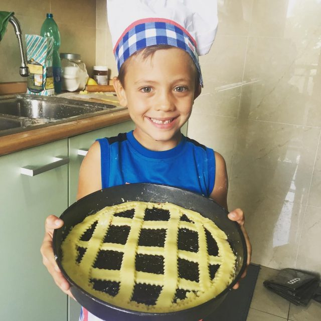Io e il mio piccolo chef abbiamo preparato una crostatahellip