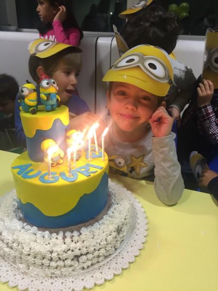 festa e torta di compleanno a tema minions